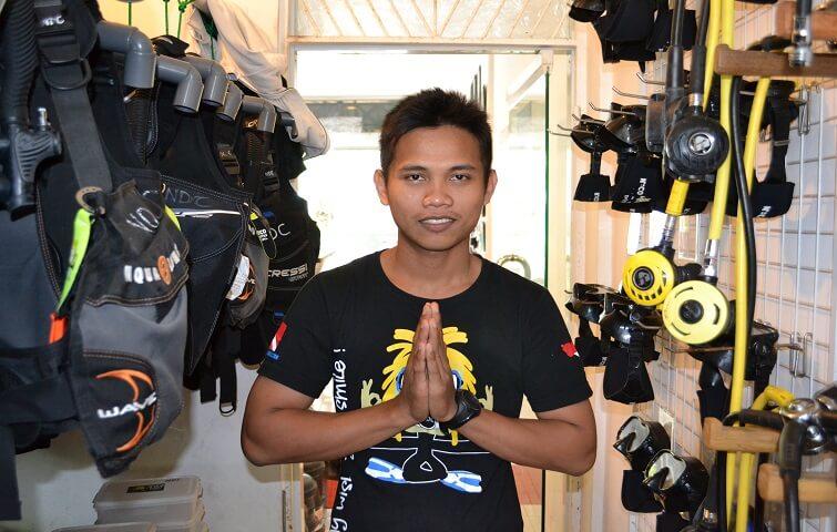 Husein, organisant les équipements de plongée