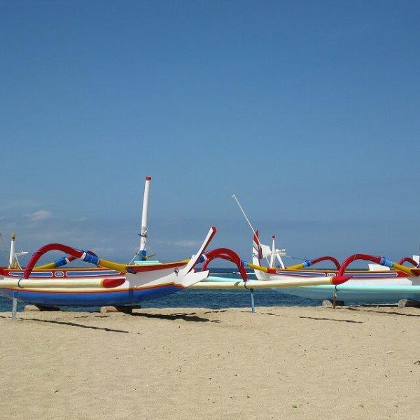 Jukungs (bateaux traditionnels) colorés sur le sable, plage de Sanur.
