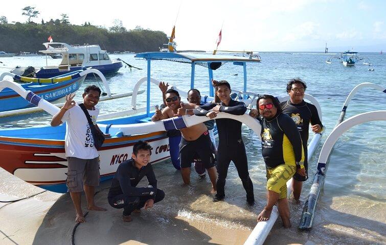 l'équipe prête pour vous faire passer des moments forts sous l'eau