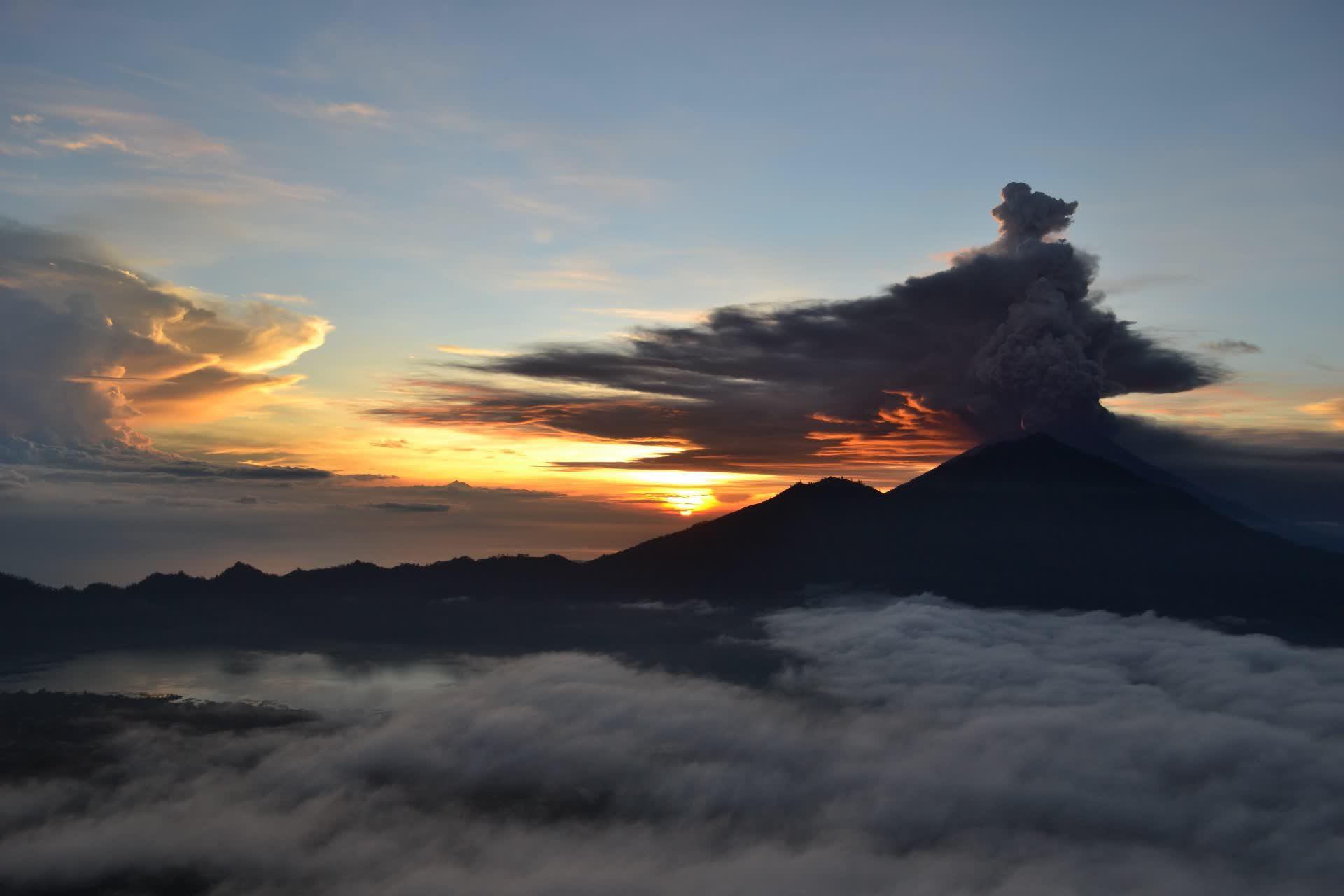 Mont Agung au lever de soleil